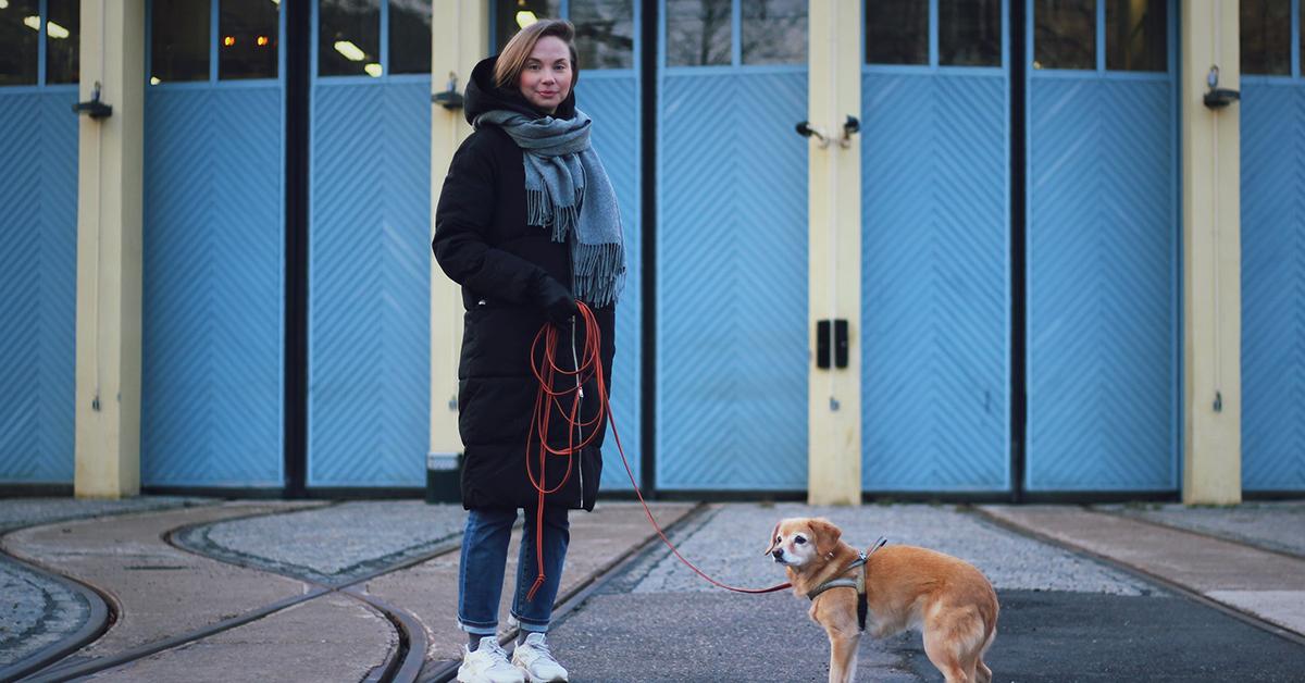 Koirankouluttaja Petra Saarman koiransa kanssa.